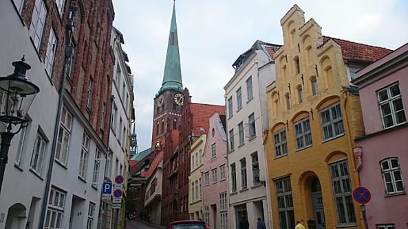Kirketårnene stikker opp syv steder i Lübecks gamleby. Men bøy gjerne hodet og gå gjennom portalen inn til et av Gruben-smugene. Foto: Knut Randem.