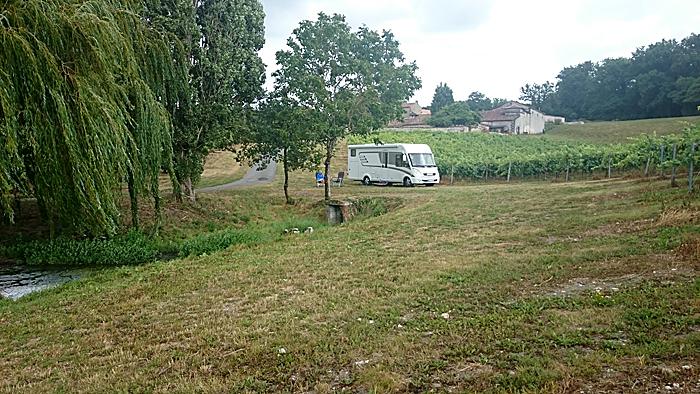 Godt plassert i kant av vinmarken. Hovedhusene ligger i bakgrunnen. Foto: Knut Randem.
