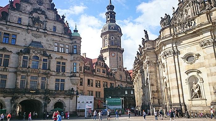 Glimt fra Dresdens Altstadt (gamleby). Skiltene røper at gjenoppbygging og restaurering ikke er fullført. Foto: Knut Randem.