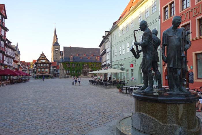 Rådhuset i bakgrunnen ved byens største torg. Om kvelden kan du bli guidet på en rundtur med vekteren. Foto: Knut Randem.