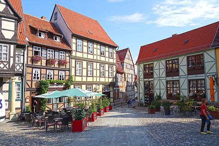Smale gater og torg i Quedlinburgs gamleby. Foto: Knut Randem.