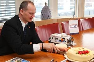 Samferdselsminister Ketil Solvik-Olsen serverer marsipankake for å markere lavere bomtakster. Foto: Knut Randem.