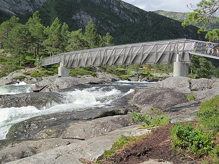 Moderne bruer hjelper deg over elva på Gaularfjellet. På den andre siden er det tilrettelagte stier. Foto: Knut Randem.