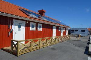Servicehuset med toalett, dusjer og havnekontor. Foto: Yngvar Halvorsen.