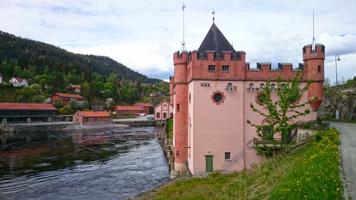 Tinfos kraftstasjon i Notodden med Telemarkgalleriet i bakgrunnen. Foto: Knut Randem.