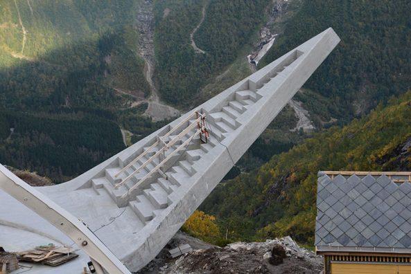 En av flakene over avgrunnen. Bildet er tatt før anlegget sto ferdig. Foto: Eivind-Nygaard.