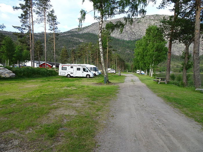 Saga camping i Treungen har laget bobilplasser langs vannet. Foto: Yngvar Halvorsen.