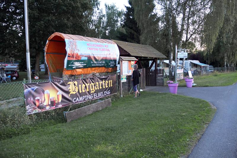 Velkommen rett fra Elbradweg og inn på campingplassen. Egen port for store doninger.