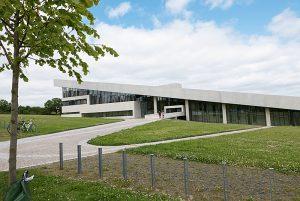 Moesgaard Museum har en spesiell arkitektur som henspeiler på arkeologi og skal gi et intrykk av at man løfter lokket av jorden.