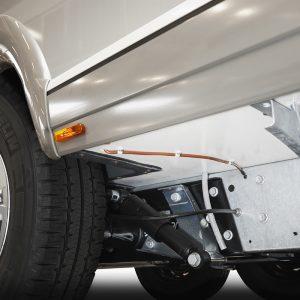 Kraftig lynavlederkabel forbinder chassis og aluminumskledningen i selve bobildelen. Foto: Pressemelding.