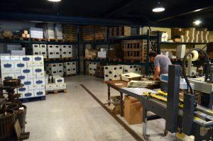 Lager og produksjon hos Champagne Blondel, blant annet med champagne på vei til Norge.