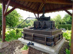 En gammel manuell vinpress var utstilt på gården.