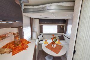 Bakre salong har lagringsplass under setene og senkeseng under taket. Foto: Challenger.