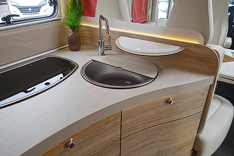 Eura Profilia 696 QB har kjøkken med kokebluss på rekke. Foto: Knut Randem.