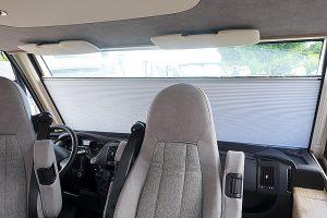 Den motoriserte gardinen gir mer privatliv og leveres nå som tilvalg i flere modeller. Foto: Knut Randem.