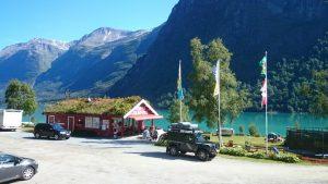Gryta camping ved Oldevatnet ligger bare 7 km fra veien opp til Briksdalsbreen. Der ligger det også en campingplass. Foto: Knut Randem.