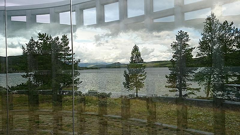 Dette kunstverket av Dan Graham gir mange morsomme muligheter til å fotografere Lemonsjøen. På den andre siden av veien gir Lemonsjøen fjellstue muligheter for et måltid eller en kafferast. Foto: Knut Randem.