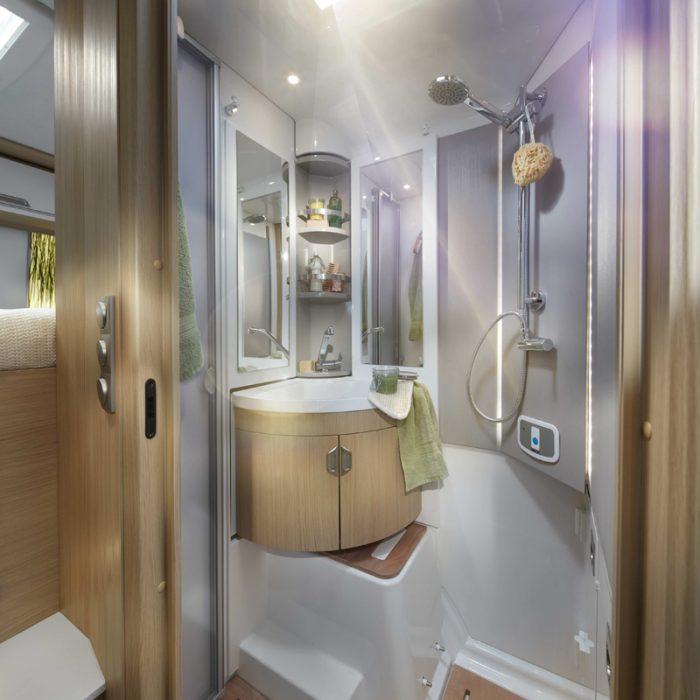 Vasken svinges inn til venstre når du skal dusje. På bildet er toalettet allerede gjemt under kjøkkenbenken i skapet nede i høyre bildehjørne. Foto: Niesmann + Bichhoff.
