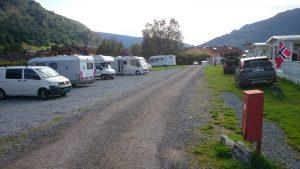 Stryn camping er en typisk fastliggerplass med hovedsaklig grusplasser til tilfeldig besøkende. Plassen ligger bare få meter fra Stryn sentrum. Foto: Knut Randem.