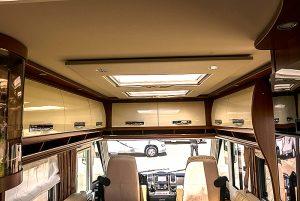 Elegant Lounge-utførelse med skap, takluker og downlights i stedet for senkeseng.