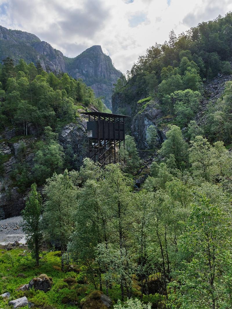 Ser du bygget over trærne?  Foto: Fredrik Fløgstad.