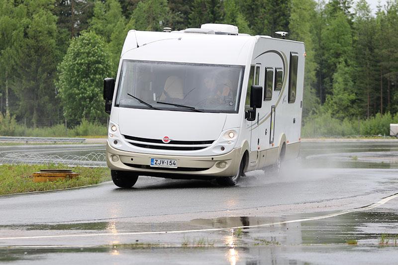 Bobil og Caravan Magasinet har 2016 i samarbeid med Auto Motor og Sport gjennomført første test av vinterdekk for bobiler. Testen gikk på testbaner i Ivalo og Tampere i Finland. Her en Bürstner i «toppfart» på vanskelig null-isføre på testbanen i Tampere.
