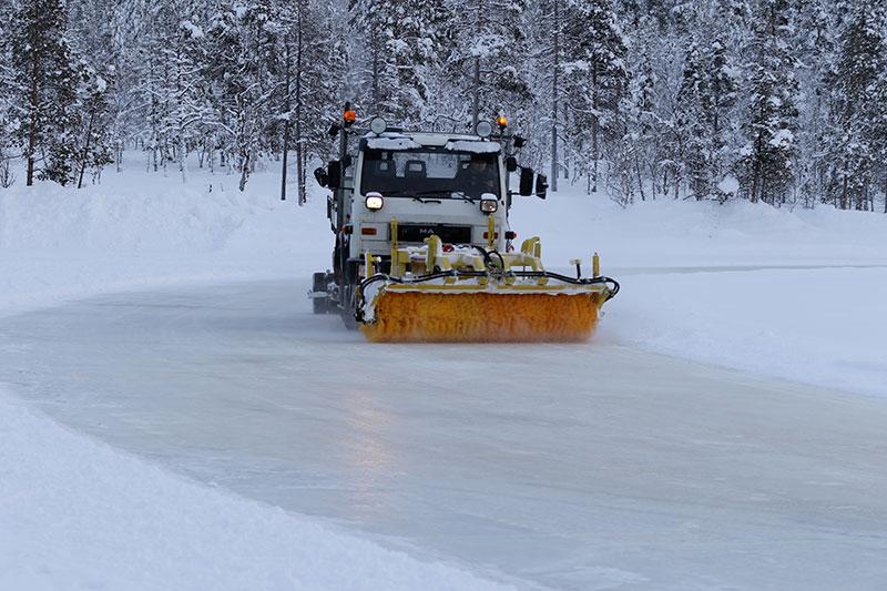 Før istestene poleres isbanen for å sikre like forhold for alle dekktypene.