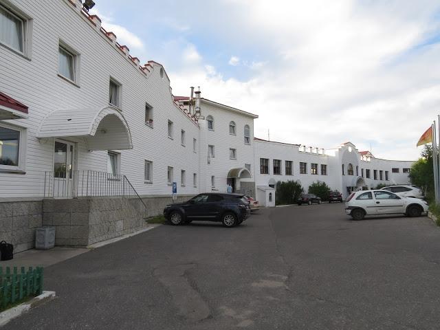 På parkeringsplassen utenfor hotellet bodde Janne og Frank i bobilen.