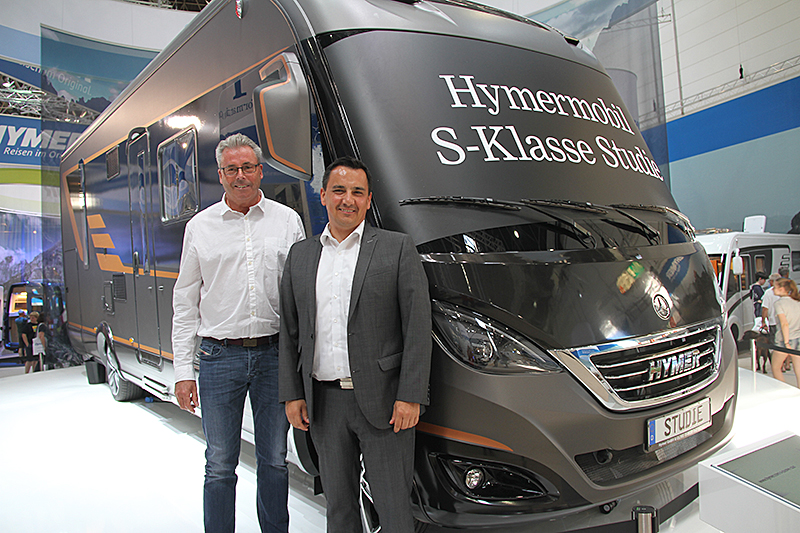 Administrerende direktør i Hymer, Bernhard Kibler sammen med Tor Grüner fra Kroken Caravan, som representerer Hymer i Norge, foran den nye konseptbobilen.