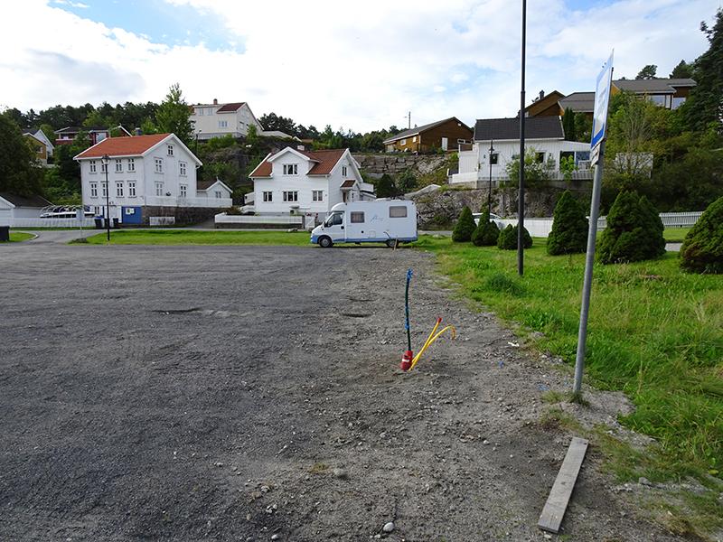Slik så det ut i september. Nå er strømstolpene oppe. Plassen skal ikke asfalteres. Foto: Yngvar Halvorsen.