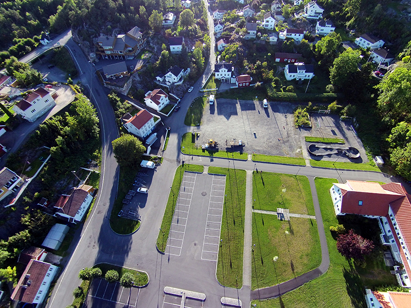 Bobilplassen på Tjenna er grusplassen øverst. Foto: Yngvar Halvorsen.