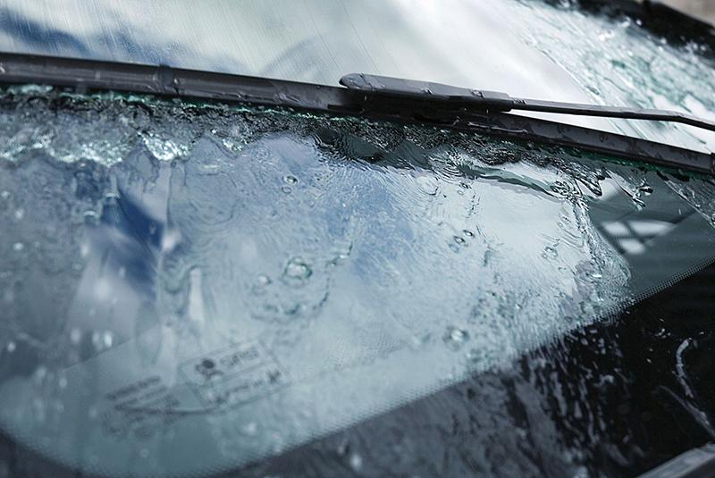 Regn, snø og is er en prøvelse for vindusviskerne, og mange av oss kjører rundt med mye dårligere sikt enn nødvendig. Foto: Biltema.