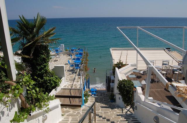 Olympos beach camping. Trappa fører ned til stranden og baren, som fungerer som nattklubb ut i de små timer.