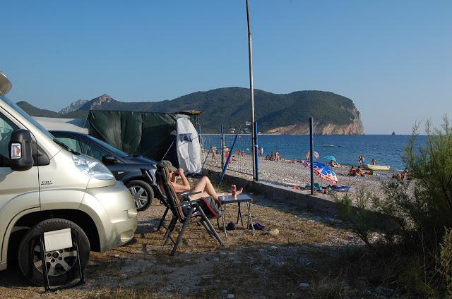 Og her sitter vi og koser oss med noe i glasset og kikker utover stranden...