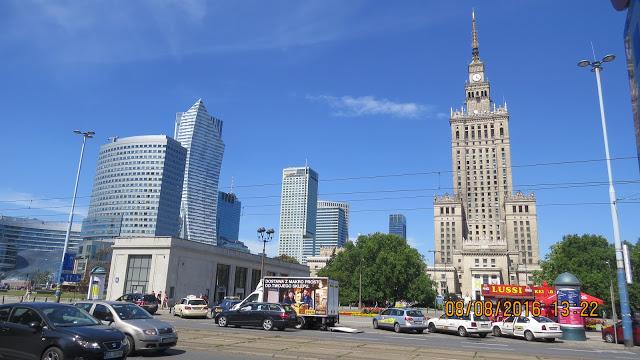 """Warszawas nye skyline, sammen med """"Stalin""""-bygget til høyre, som huser alt du kan tenke deg av kultur."""