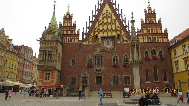 Dette er ikke en kirke. Det er Wroclaws fantastiske rådhus.