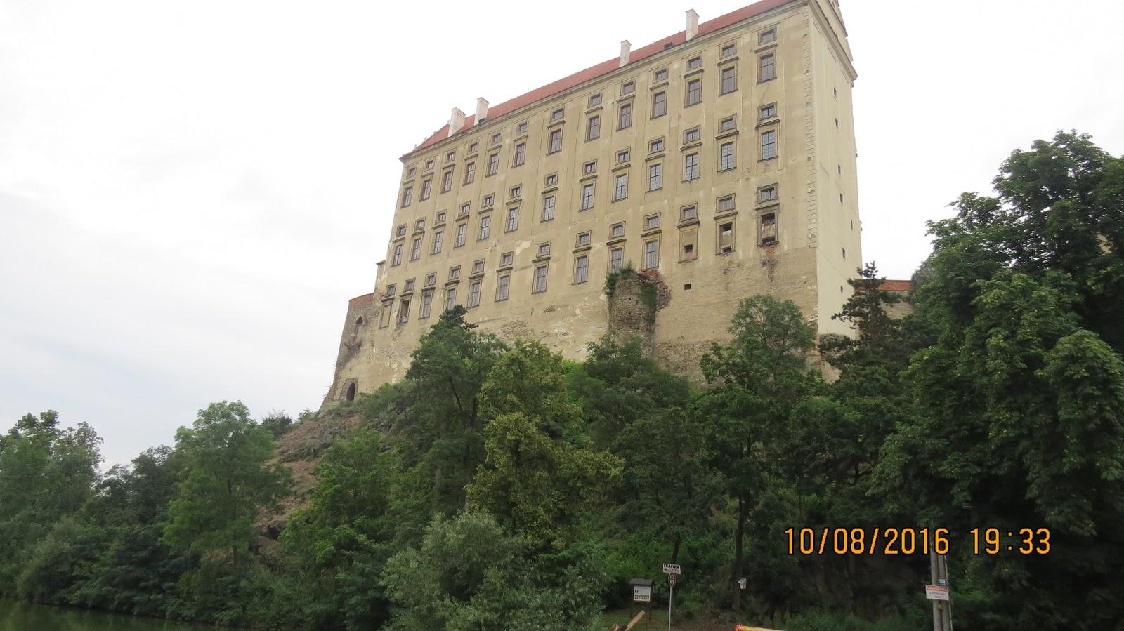 Et vanvittig imponerende byggverk midt ute i ingenting. Men det skulle vært enda større. De opprinnelige planene gikk ut på at alle de fire fløyene av slottet skulle være like høye.