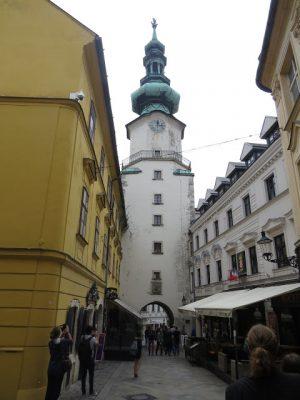 Bratislava: Tårnet, og huset ved siden av er et museum med gamle våpen. Selve tårnet er fra 1400-tallet, og en del av den gamle bymuren.