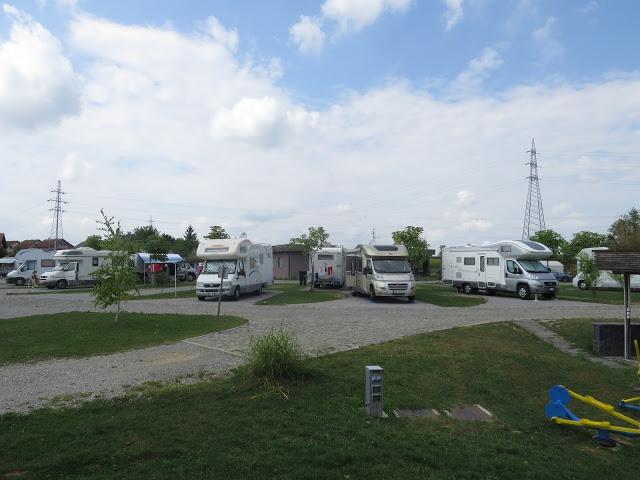 På Camp Zagreb står man på grus i en stor sirkel med en gressflekk imellom hver bil. Hver oppstillingsplass har strøm, vann og gråvannsavløp.