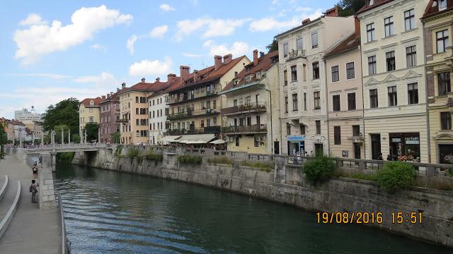 Stille og rolig uten trafikk i Ljubljana.