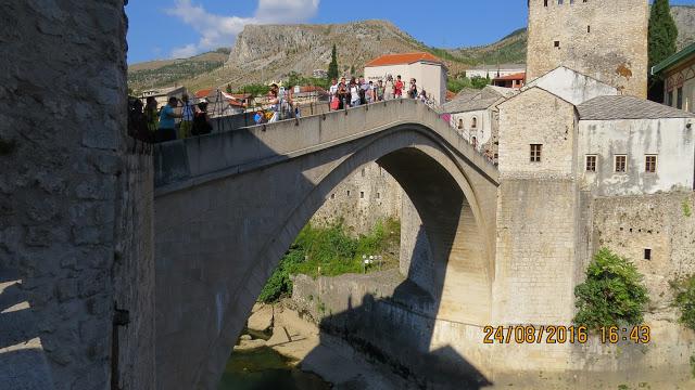 Den gjenoppbygde broen i Mostars gamleby.
